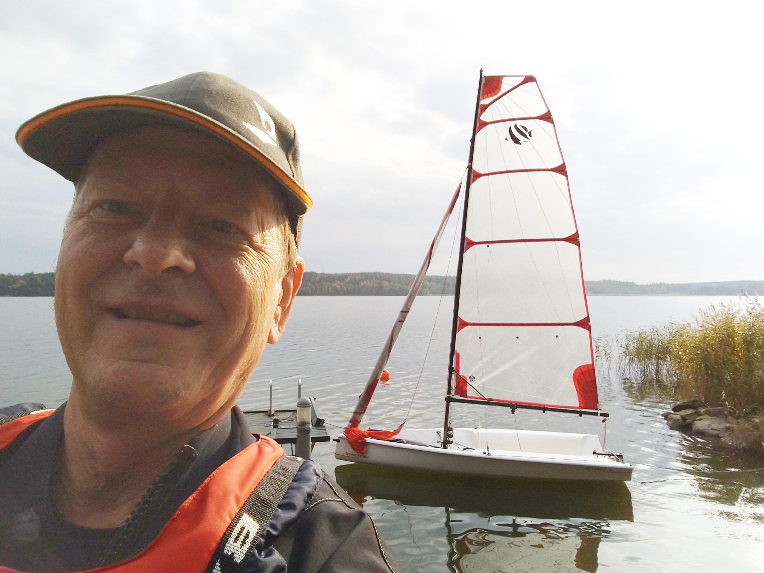 """Miten olisi tuliterä First 14 SE 60-vuotislahjaksi? Jukka Järvinen hankki sellaisen ensimmäiseksi purjeveneekseen: """"Jollalla on mukava mennä ilta-aurinkoon nautiskelemaan. Toki vähän hurja kapistus"""""""