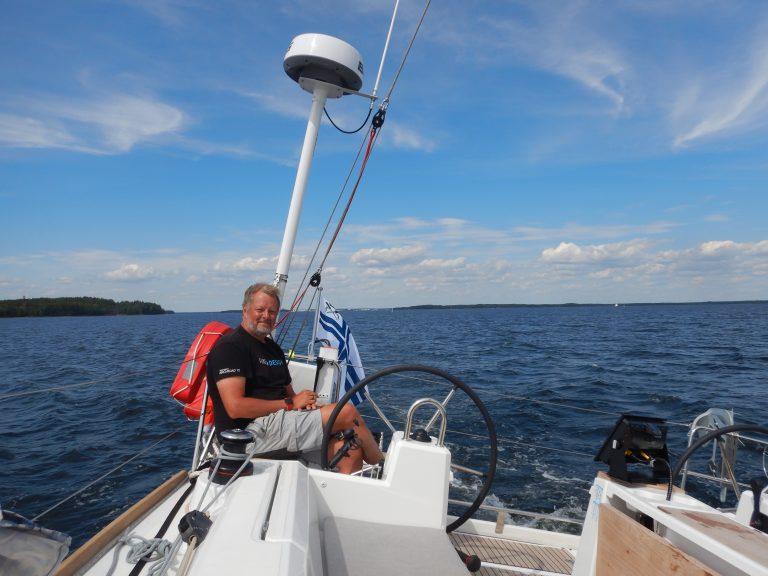 """Read more about the article Arkkitehti, yrittäjä Severi Virolaisen ensimmäiset purjehdusviikot tuliterällä Oceanis 38.1 -purjeveneellä ovat nyt takana: """"Loistava vene ja hirveän helppo purjehtia"""""""